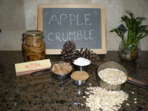 If you have canned apples in simple syrup, here's a delicious apple crumble dessert recipe that comes together quickly. #TexasHomesteader