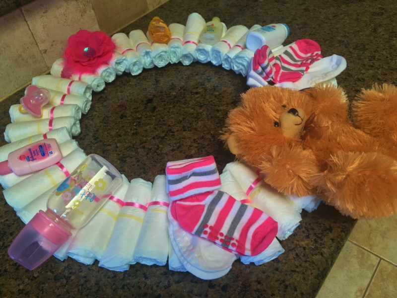 An easy diaper wreath, customizable for either boy or girl. A decorative (yet useful) gift presented beautifully! #TexasHomesteader